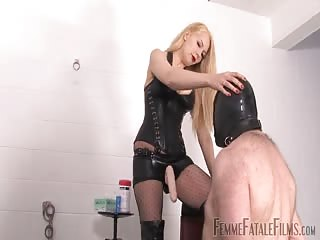 Strapon lesson to a male slave
