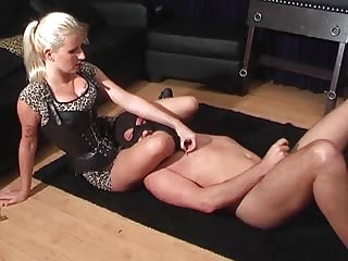 Merciless scissoring to a male slave