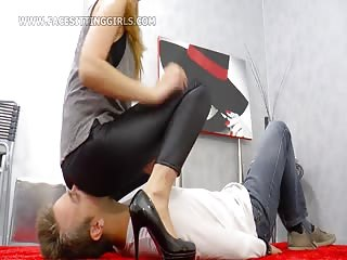 Mistress prevents guy's breathing
